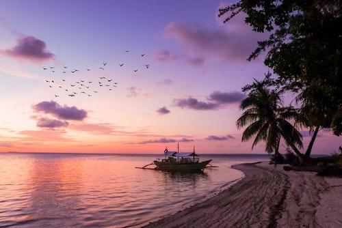 Playa y bote para relajación