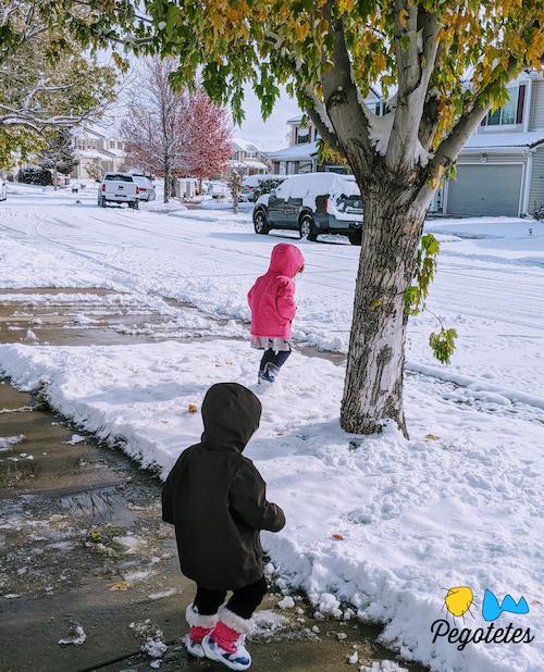 Los pegotetes disfrutando de la nieve con papá durante su tercer bloque del día.