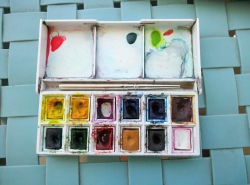 Salissures de la peinture aquarelle en godets