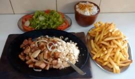 Petisco de lombo, arroz e fritas