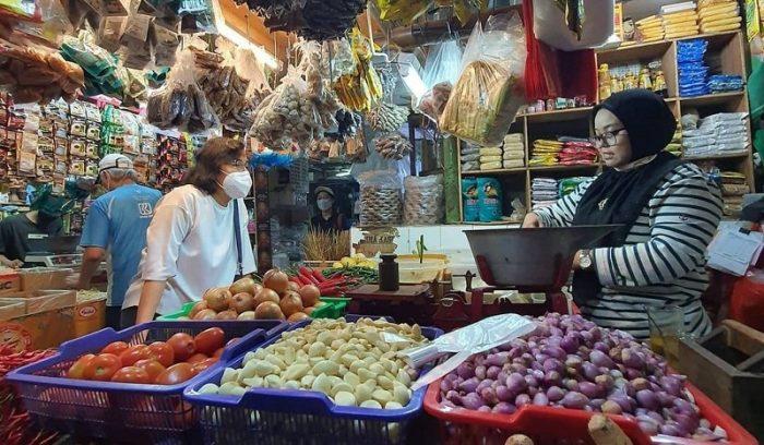 Sri Mulyan Meninjau Pedagang di Pasar Tradisional