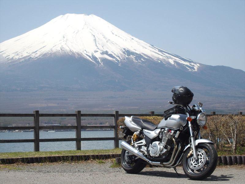 山中湖越しに見る富士山とバイクの写真