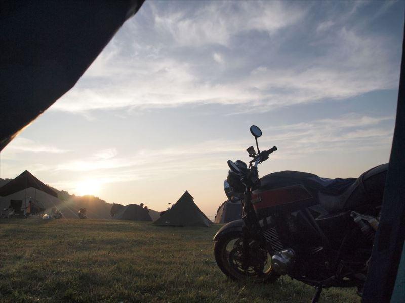 テントからバイクを望む