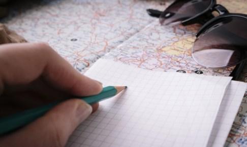 地図と地球儀(旅の計画を立てるイメージ)