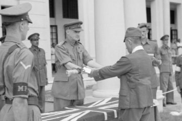 General_F_W_Messervy_receives_the_sword_of_General_Itagaki-800px