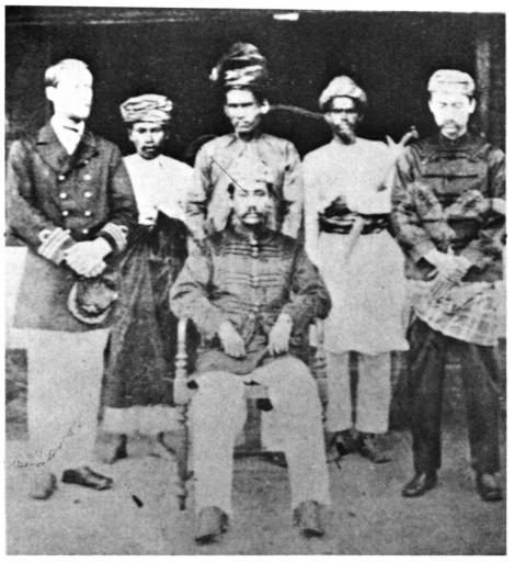Tengku Kudin (duduk)