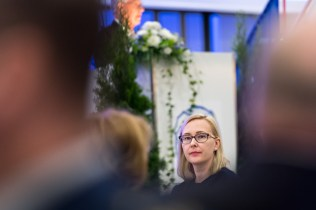 Eduskunnan puhemies Maria Lohela kuuntelee Rintamaveteraaniliiton puheenjohtaja Matti Louekosken puhetta Rintamaveteraaniliiton liittojuhlassa. Laukaa 18.6.2017.