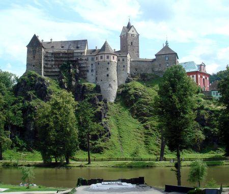 """""""071107-Loket-Castle-Hrad"""" od Bobak Ha'Eri – Vlastní dílo.  Wikimedia Commons."""