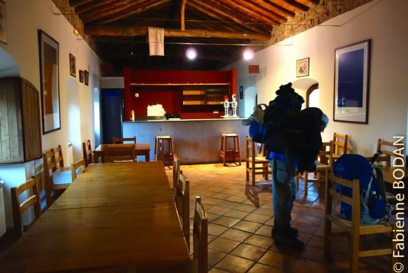 """La """"Meson"""" est un petit bâtiment à côté du monastère où l'on peut cuisiner (sommairement) et  manger dans ce qui ressemble à une salle de restaurant ou un grand réfectoire. © Fabienne Bodan"""