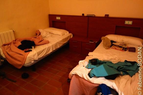 L'Albergue propose des dortoirs mais également des chambres pour 2 ou 3 personnes. Quel bonheur de se retrouver dans une chambre de 3 avec salle de bains privée et serviettes de toilette ! © Fabienne Bodan