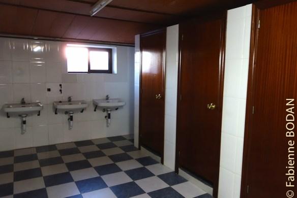 4-5 douches, autant de WC, le double de lavabos...© Fabienne Bodan