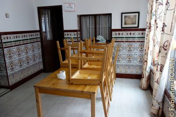 La salle à manger, avec une grande table conviviale qui invite à des discussions passionnées entre pèlerins et hospitalier. © Fabienne Bodan