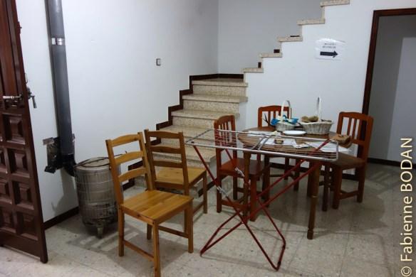 Un salon avec canapé et poêle à bois est également à la disposition des pèlerins. Jorge nous a préparé une petite flambée revigorante lors d'une après-midi pluvieuse. © Fabienne Bodan