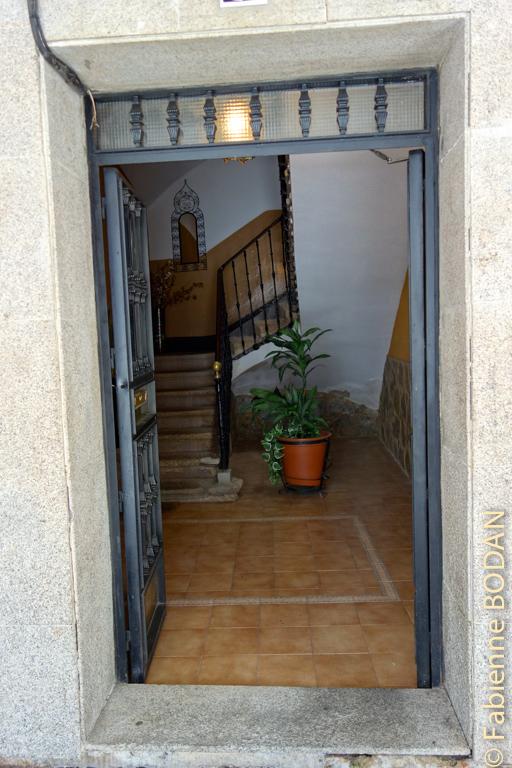 L'entrée de l'hôtel, au numéro 22. © Fabienne Bodan
