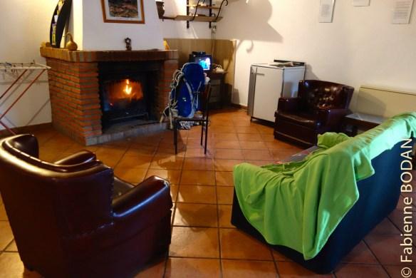 Nous avons apprécié cette grande pièce commune autour d'un feu de cheminée, après une journée de pluie. © Fabienne Bodan