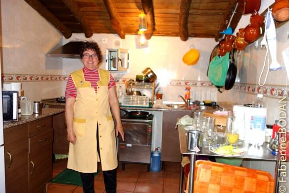 Manuela dans sa cuisine...un peu gênée parce qu'elle n'était pas en ordre le matin au départ des pèlerins. © Fabienne Bodan
