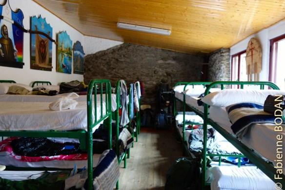 Deux dortoirs avec des lits superposés, un au rez-de-chaussée, un à l'étage. © Fabienne Bodan