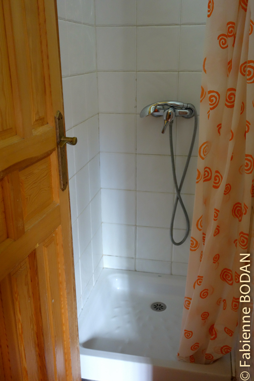 Chaque dortoir est doté de sanitaires. © Fabienne Bodan