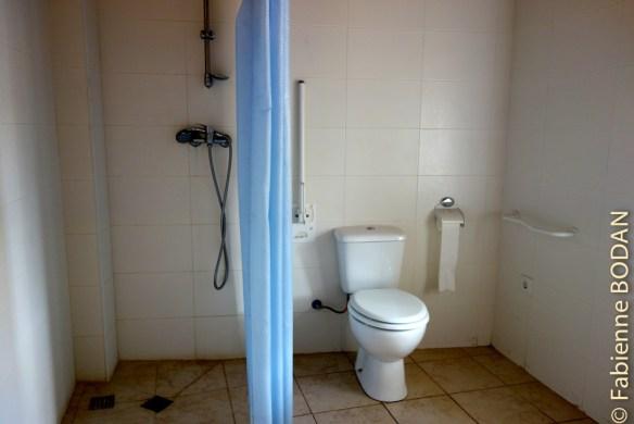 Au rez-de-chaussée, deux salles de bains. L'une pour les hommes, l'autre pour les femmes. © Fabienne Bodan