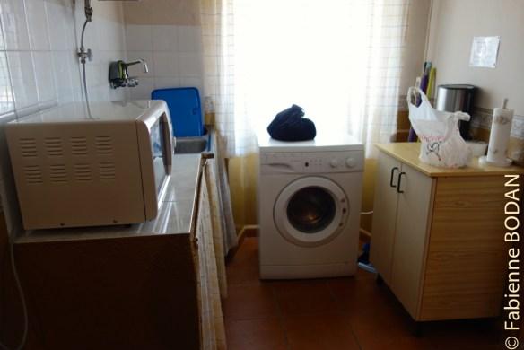 Dans la petite cuisine, un micro-ondes et la machine à laver. © Fabienne Bodan