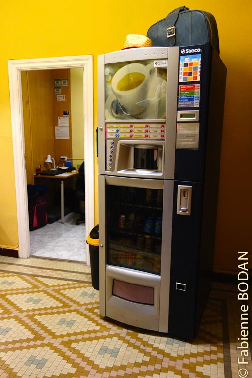 Un distributeur de boissons chaudes et froides est à la disposition des clients. © Fabienne Bodan