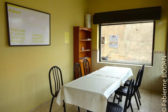 """La """"pièce à vivre"""" à l'entrée. Pas de cuisine, vous pourrez simplement pique-niquer ou aller manger au restaurant du Centro Rural. © Fabienne Bodan"""