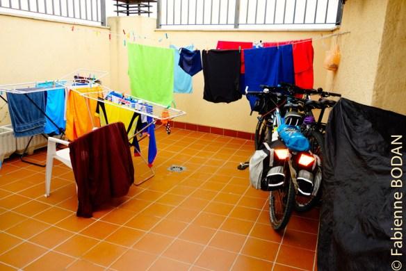 Au premier étage, où se situe l'accueil, une petite terrasse permettant de faire sécher le linge et de stocker les vélos. Quelques chaises sont propices au repos. © Fabienne Bodan