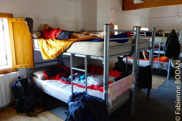 Les gestionnaires du gîte ont cependant eu la mauvaise idée d'installer certains lits collés aux lits voisins. Pèlerins d'accord, mais nous ne sommes tous pas si intimes que cela ! © Fabienne Bodan