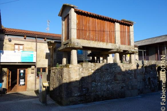 """A l'entrée de l'auberge, un horreo (ancien """"silo"""" à maïs galicien)...© Fabienne Bodan"""