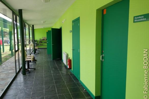 Le couloir des chambres. Chaque chambre est marquée d'une couleur : rouge, vert, bleu, jaune...© Fabienne Bodan