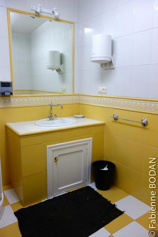 Une salle de bains comme à la maison. Pour les hommes, il y a un bloc sanitaire aménagé à l'extérieur de la maison, à côté de la terrasse. © Fabienne Bodan