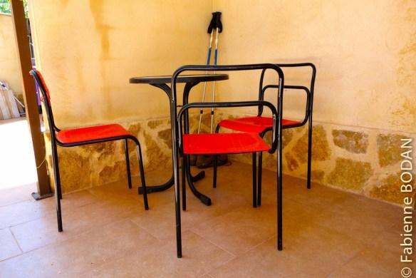 Vous trouverez tout d'abord une terrasse avec une table ronde et des chaises où déjeuner à l'ombre et au calme...© Fabienne Bodan