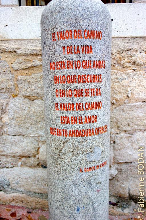 """Devant l'auberge de Zamora, toujours, cette borne avec un texte de A. Ramos de Castro """"La valeur du chemin et de la vie ne se situe pas dans ce que tu marches, ce que découvres ou ce que l'on te donne, la valeur du chemin se niche dans l'amour que tu offres dans ta marche"""". © Fabienne Bodan"""