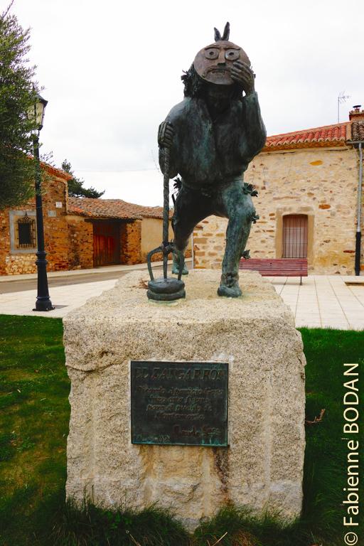 Sur la place du village de Montamarta trône El Zangarron, personnage typique des défilés du Nouvel An et des Rois dans la province de Zamora. © Fabienne Bodan