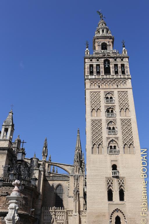 Samedi 4 avril 2015 : le grand départ depuis la cathédrale de Séville et sa célèbre Giralda. © Fabienne Bodan