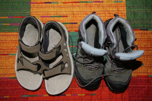Une paire de chaussures de randonnée + une paire de sandales de randonnée. Ces dernières servent à désengoncer les pieds après l'étape, mais peuvent également suppléer les chaussures de randonnée en cas de pieds douloureux. Plus facile quand même que de marcher en tongues, que certains choisissent d'emporter pour l'après-étape. Mais à chacun son chemin © Fabienne Bodan