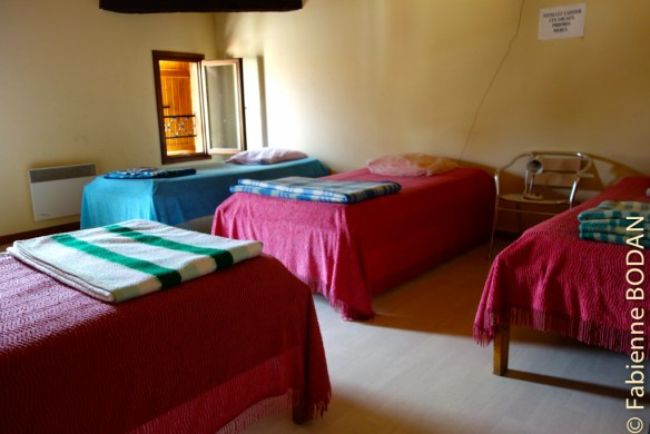 Le gîte compte trois dortoirs de 5 lits simples, deux au deuxième étage, un au premier. © Fabienne Bodan