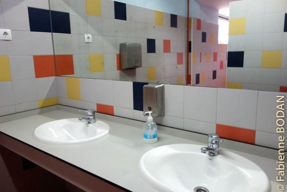 Des sanitaires très propres et aux couleurs gaies. © Fabienne Bodan