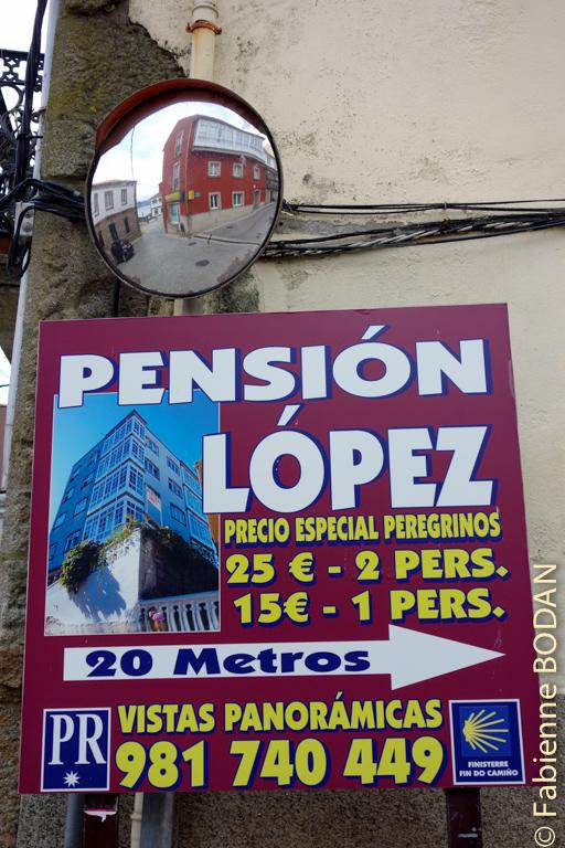 Vous ne pouvez pas vous tromper, vous trouverez ce panneau à l'angle de la rue de la mairie de Fisterra. © Fabienne Bodan