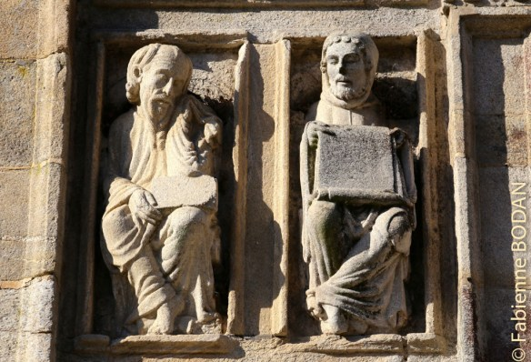 Apôtres, Saints et maîtres encadrent la porte de la place de la Quintana. © Fabienne Bodan