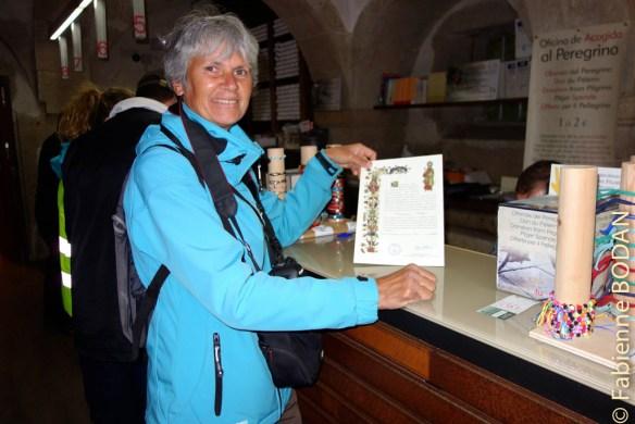 Au bureau des pèlerins de Saint-Jacques de Compostelle, heureuse de recevoir ma Compostela après les 1000 kilomètres parcourus sur la Via de la Plata. © Fabienne Bodan