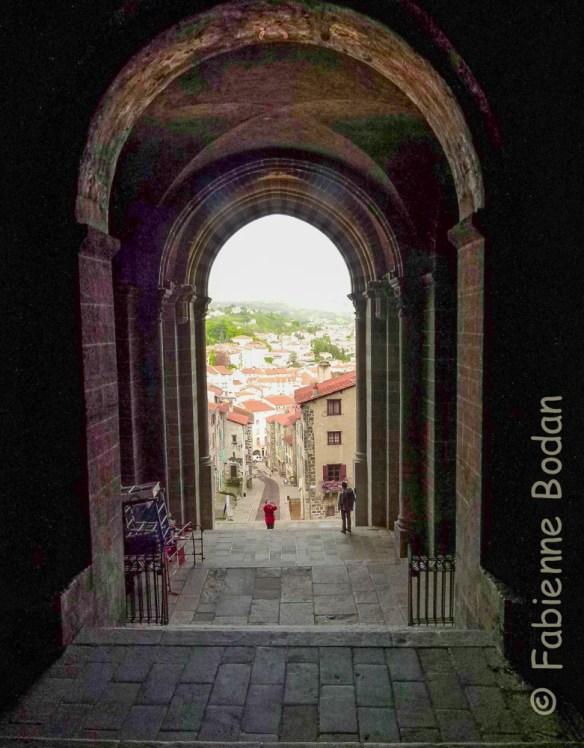 Premiers instants pour le pèlerin de la Via Podiensis : la sortie de la cathédrale Notre-Dame du Puy-en-Velay © Fabienne Bodan