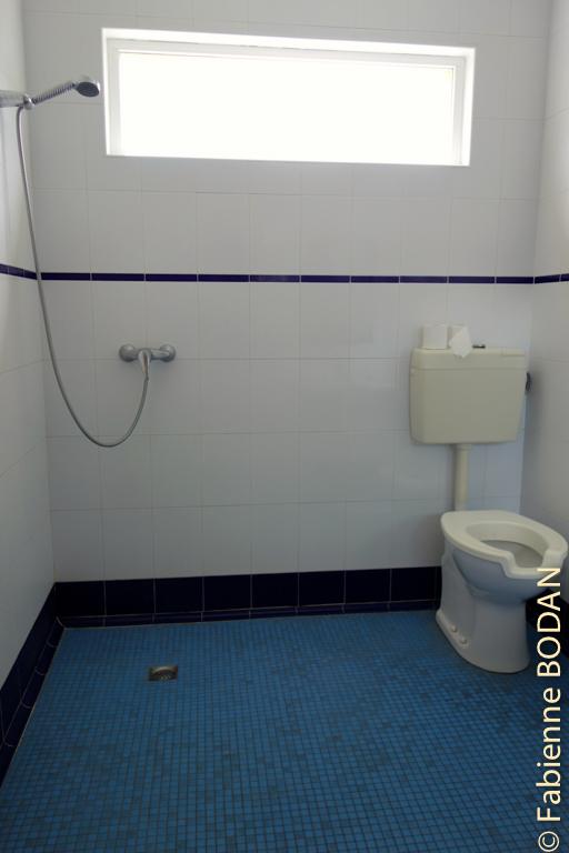 Salle de bain spacieuse avec douche à l'italienne © Fabienne Bodan