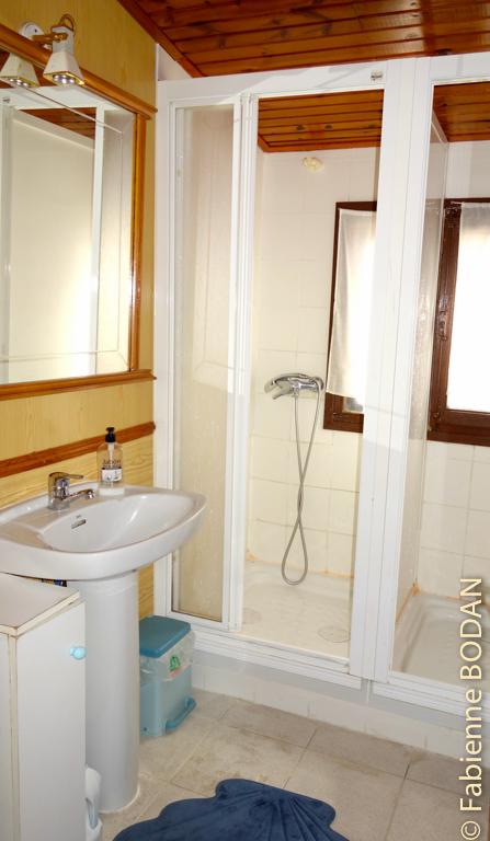 Salle de bain avec 2 douches et 1 WC © Fabienne Bodan