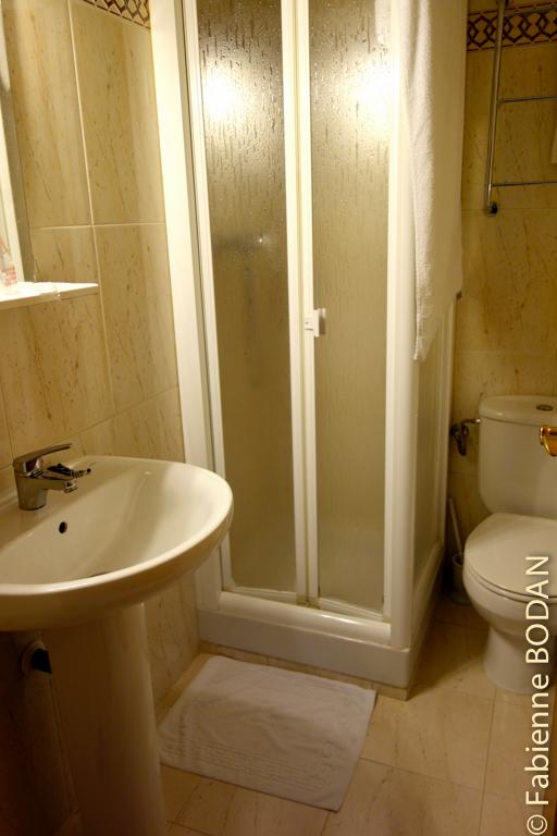 Salle de bain privative dans chambre à 3 lits © Fabienne Bodan
