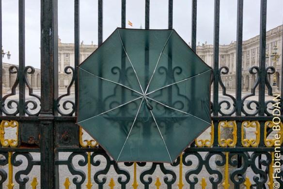 Ce jour-là, mon parapluie se fit volant, s'accrochant aux grilles du Palais Royal madrilène...© Fabienne Bodan