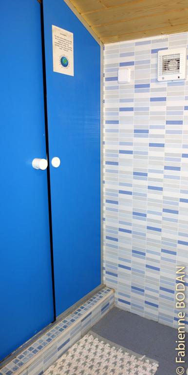 La salle de bain privative de la chambre à 2 lits © Fabienne Bodan