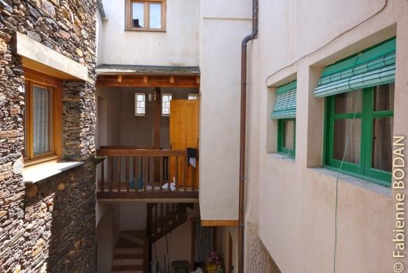 Pour les pèlerins, c'est à droite, derrière les fenêtres vertes. Albergue privado A Casa de Solaina, de A Rua (Camino del Invierno) © Fabienne Bodan