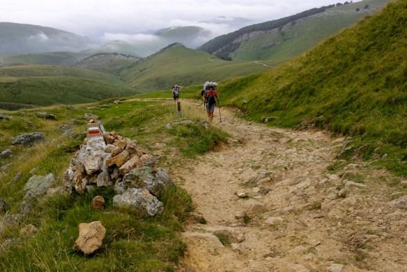 Ici, sur la voie haute qui passe par le col de Lepoeder, lorsque l'on quitte la route pour emprunter le chemin de montagne et rejoindre un peu plus loin la fontaine de Roland. © Fabienne Bodan