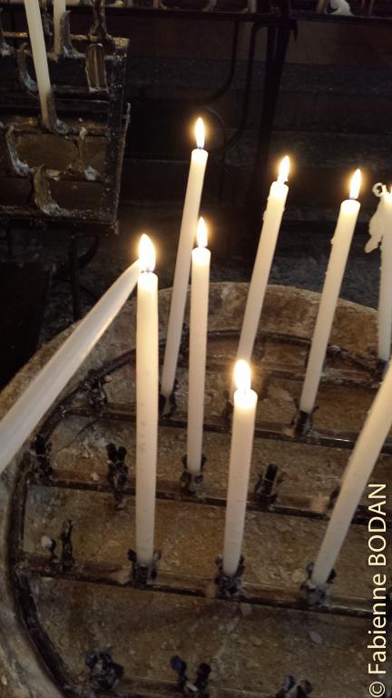 Des cierges pour les pèlerins dans l'église de Saint-Jean-Pied-de-Port